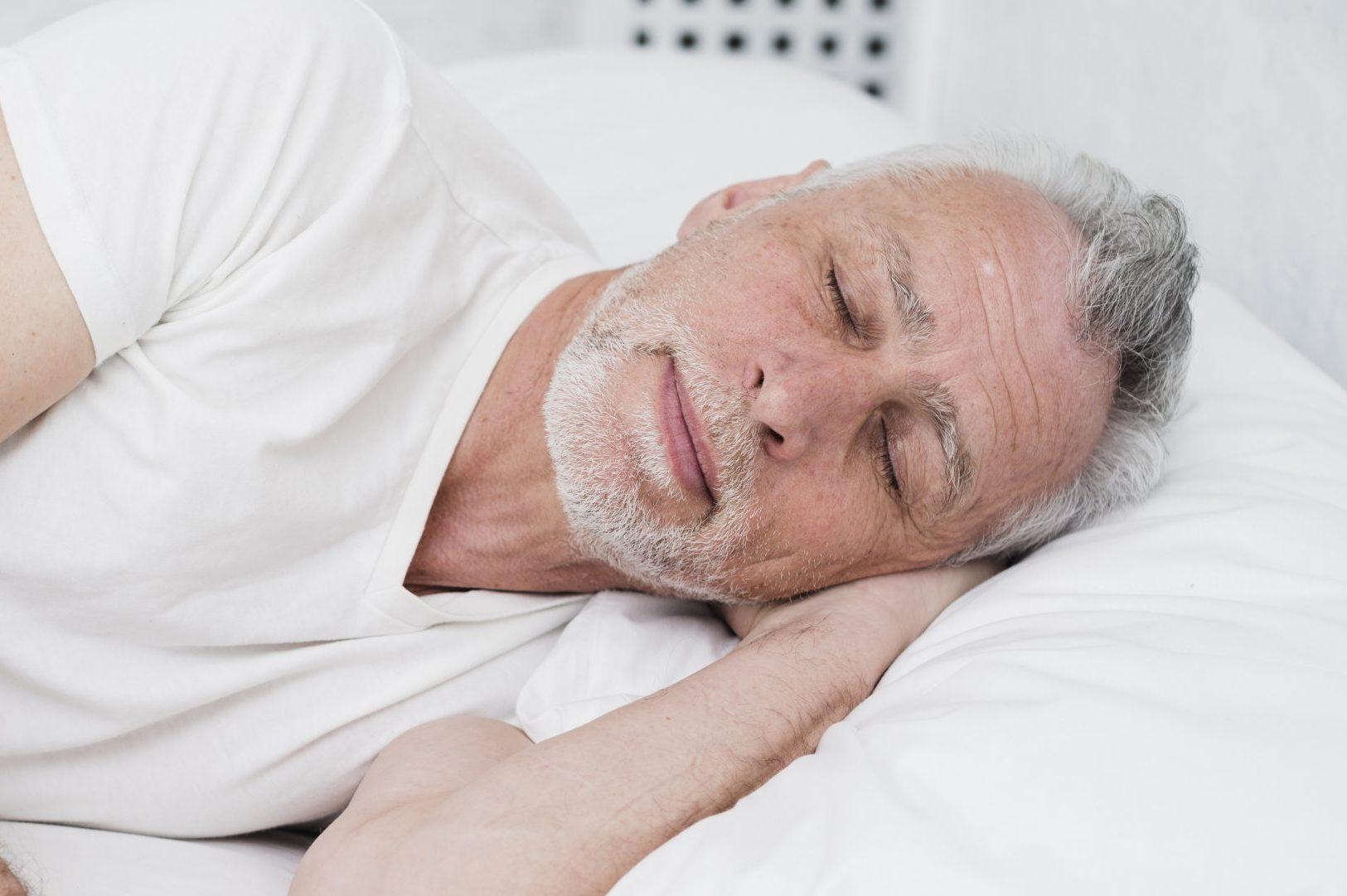 Anciano durmiendo porque cuidadora alo supervisa
