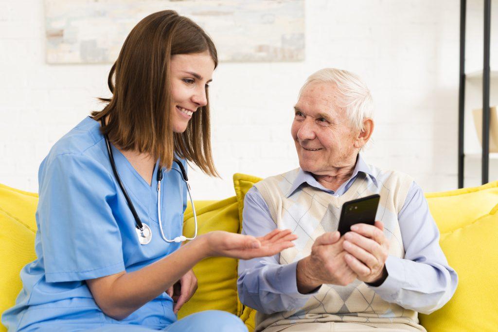Terapeuta ocupacional y anciano