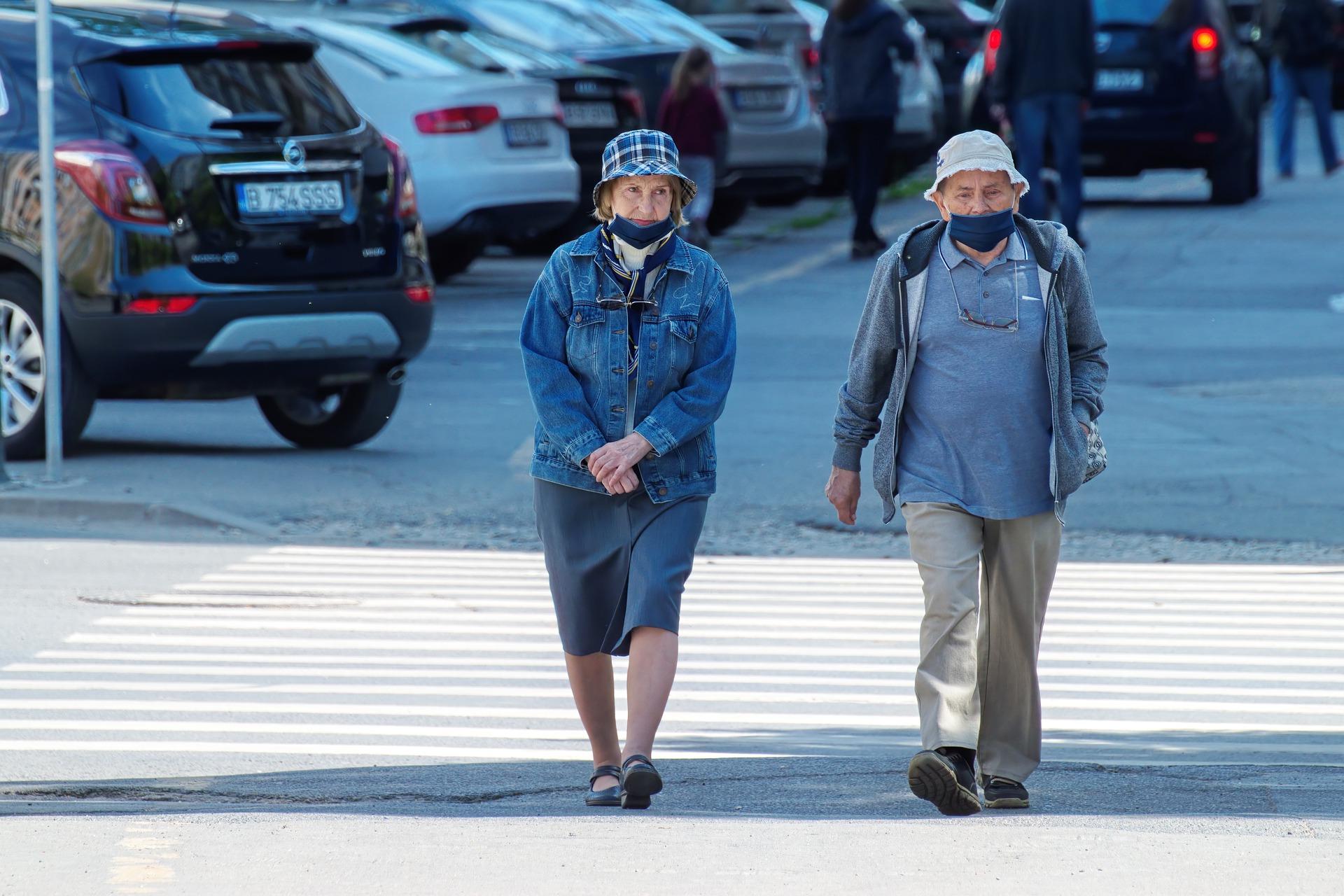 Ancianos paseando en pandemia