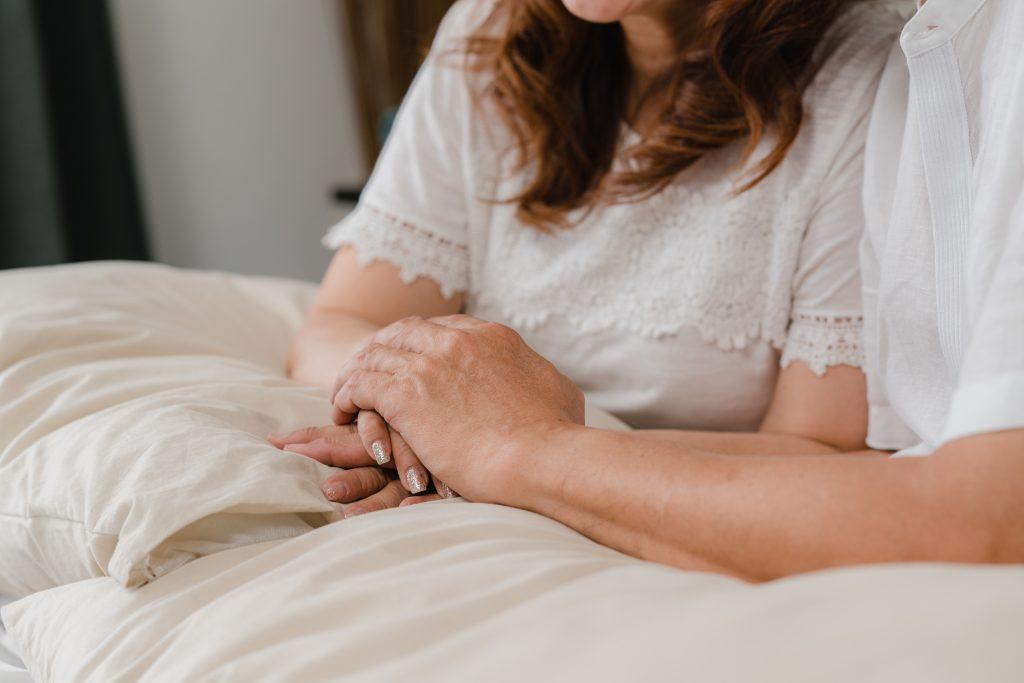 Empleada de hogar cuidando a paciente. Vacunar a las empleadas de hogar