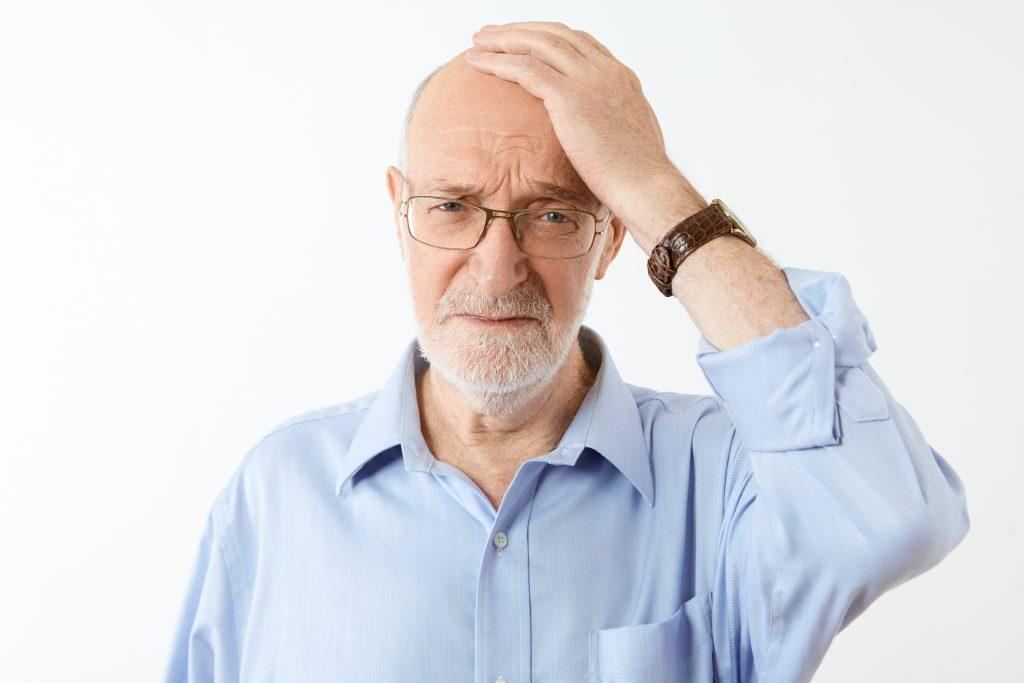 Anciano que sufre Parkinson